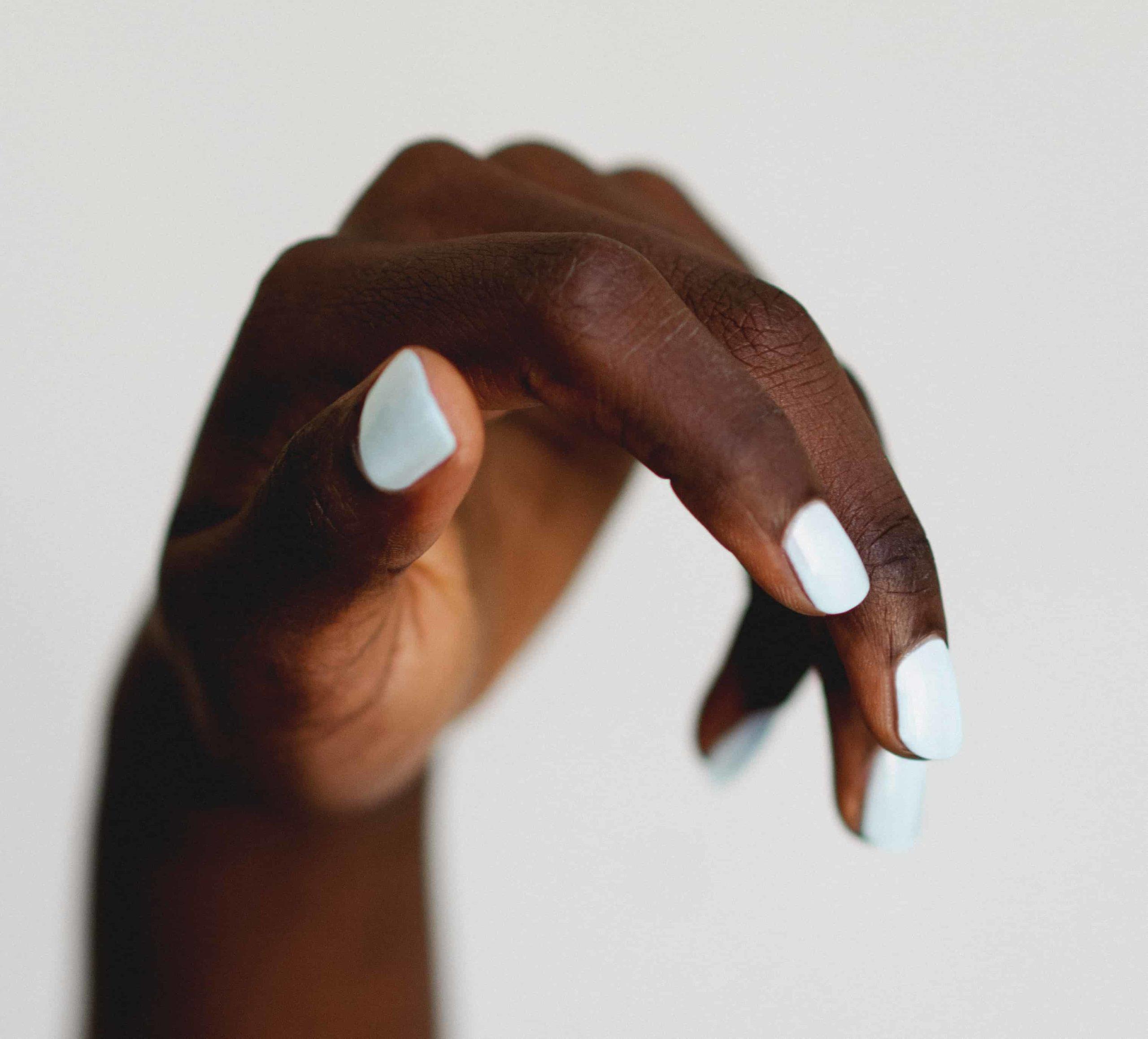 couleur vernis a ongle automne mains bleu pastel
