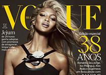 Naomi Campbell blonde pour la couv' de Vogue Brazil mai 2013